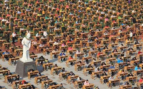 Ảnh ấn tượng: Sinh viên Indonesia bất cẩn tự thiêu - 11
