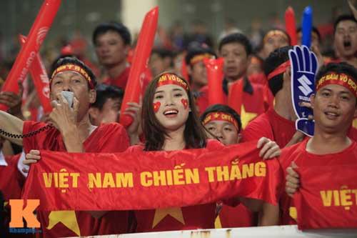 Fan cổ vũ cuồng nhiệt ngày ĐT Việt Nam xuất trận - 1