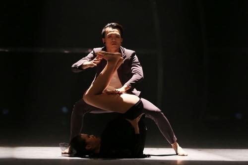 """Vũ công Huế gây """"sốt"""" khi nhảy bằng một chân - 4"""