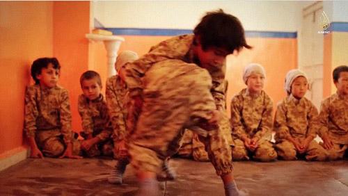 IS tung video huấn luyện trẻ em chiến đấu - 3