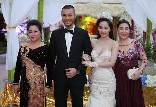 Doãn Tuấn tình tứ ôm hôn Quỳnh Nga tại lễ cưới - 11