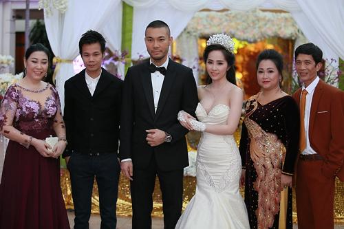 Doãn Tuấn tình tứ ôm hôn Quỳnh Nga tại lễ cưới - 12