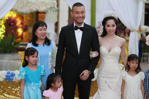 Doãn Tuấn tình tứ ôm hôn Quỳnh Nga tại lễ cưới - 13