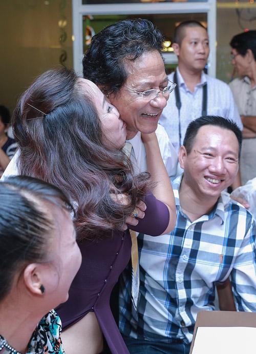 Chế Linh bối rối khi bị các fan nữ hôn trước mặt vợ - 1