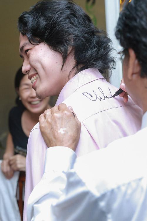 Chế Linh bối rối khi bị các fan nữ hôn trước mặt vợ - 11