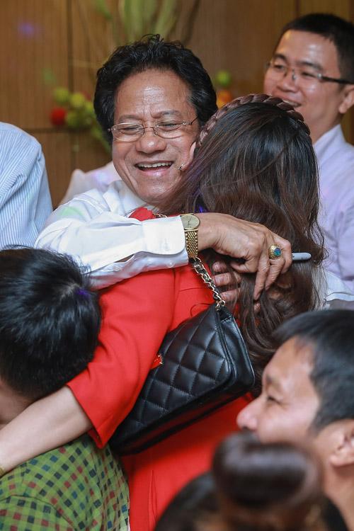 Chế Linh bối rối khi bị các fan nữ hôn trước mặt vợ - 3