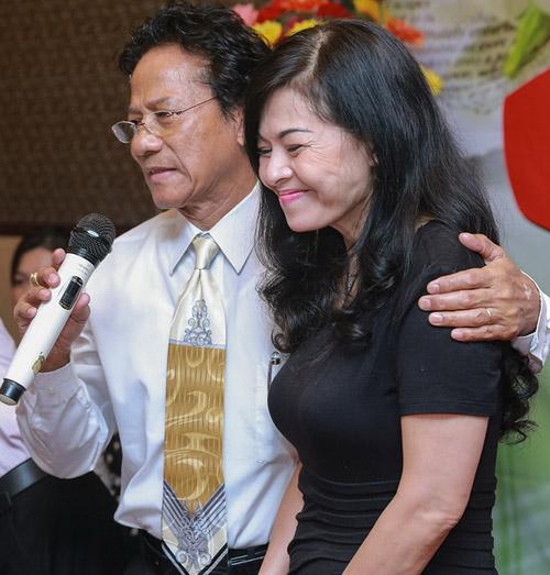 Chế Linh bối rối khi bị các fan nữ hôn trước mặt vợ - 4