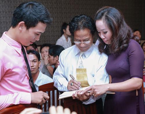 Chế Linh bối rối khi bị các fan nữ hôn trước mặt vợ - 7