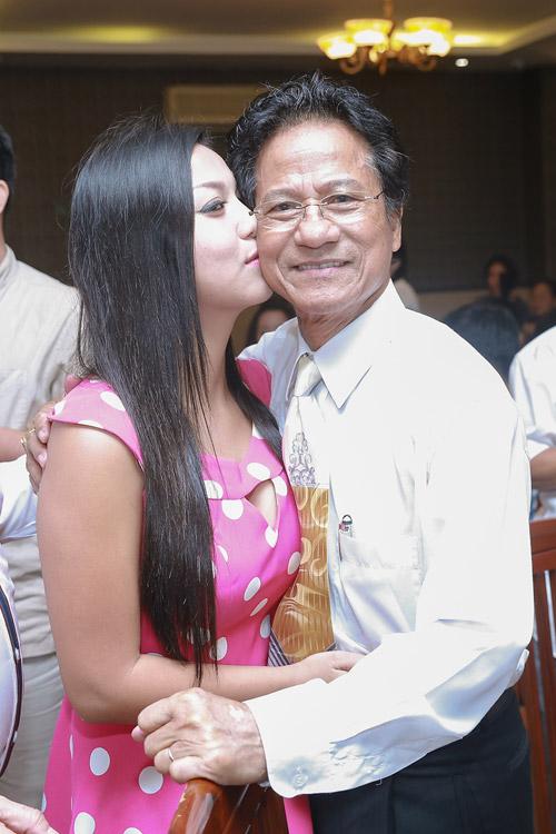 Chế Linh bối rối khi bị các fan nữ hôn trước mặt vợ - 2