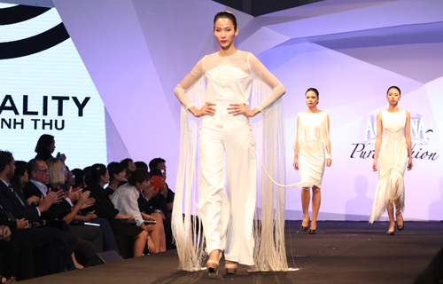 Minh Triệu, Hoàng Thùy đọ bước trên sàn catwalk - 1