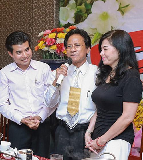 Chế Linh bối rối khi bị các fan nữ hôn trước mặt vợ - 6