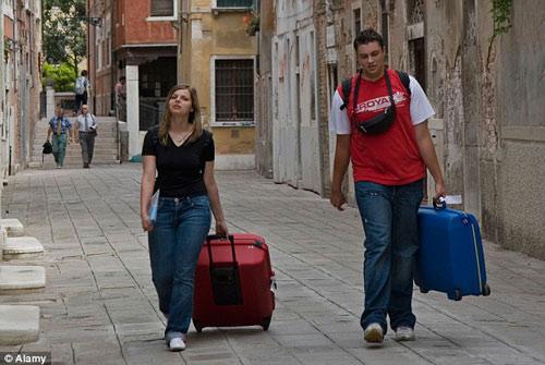 Khách du lịch kéo vali ở Venice sẽ bị phạt 600 USD - 1