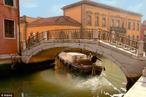 Khách du lịch kéo vali ở Venice sẽ bị phạt 600 USD - 3