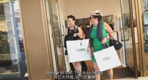 """Tiểu thư châu Á siêu giàu """"vung tiền"""" mua hàng hiệu - 1"""