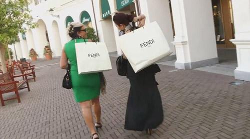 """Tiểu thư châu Á siêu giàu """"vung tiền"""" mua hàng hiệu - 3"""