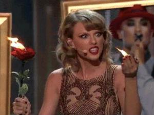 """Taylor Swift """"chơi với lửa"""" trên sân khấu AMAs 2014"""