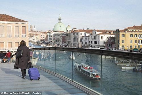 Venice phủ nhận luật cấm du khách kéo vali trên phố - 1