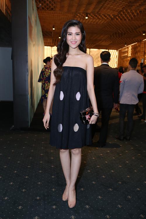 Tăng Thanh Hà mặc váy rộng đi xem thời trang - 7