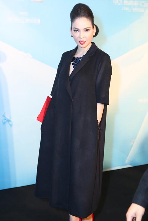 Tăng Thanh Hà mặc váy rộng đi xem thời trang - 9