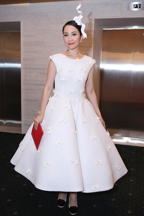 Tăng Thanh Hà mặc váy rộng đi xem thời trang - 15