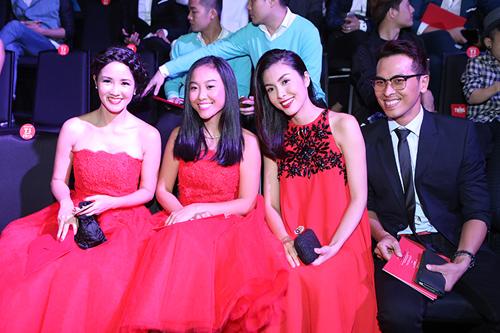 Tăng Thanh Hà mặc váy rộng đi xem thời trang - 4