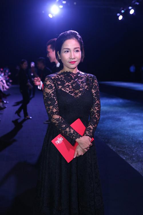 Tăng Thanh Hà mặc váy rộng đi xem thời trang - 17