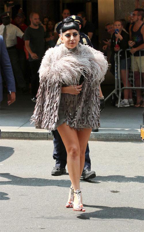 """""""Yêu tinh nhím biển"""" Lady Gaga làm loạn đường phố - 5"""