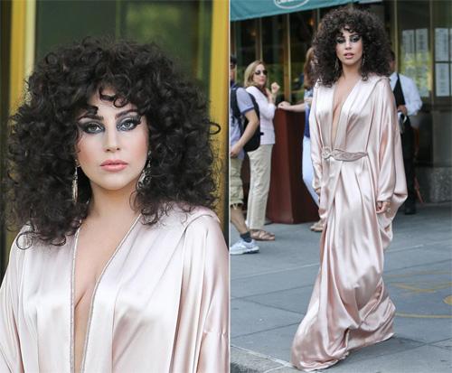 """""""Yêu tinh nhím biển"""" Lady Gaga làm loạn đường phố - 8"""