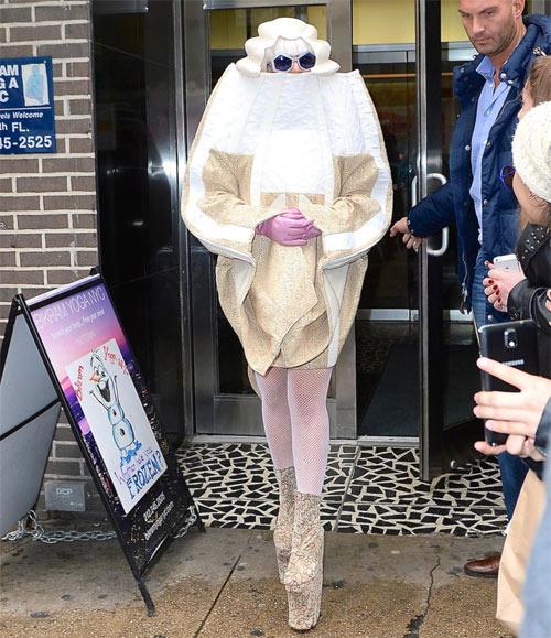 """""""Yêu tinh nhím biển"""" Lady Gaga làm loạn đường phố - 7"""