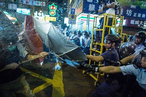 Lãnh đạo biểu tình Hong Kong bị cảnh sát bắt giữ - 2