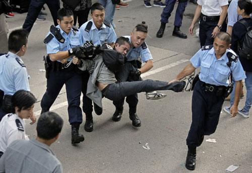 Lãnh đạo biểu tình Hong Kong bị cảnh sát bắt giữ - 3