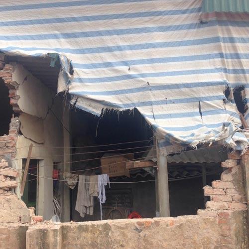 Hà Nội: Xe tải đổ nghiêng, đè sập tường nhà dân - 3