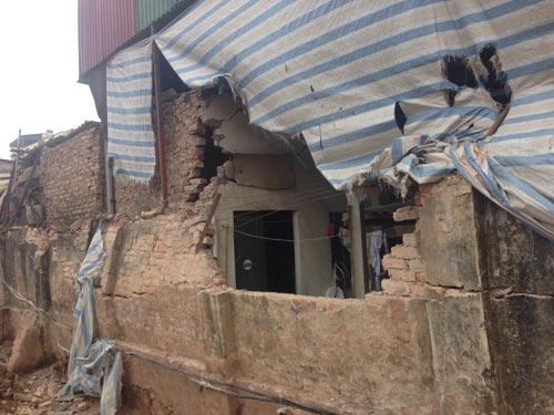 Hà Nội: Xe tải đổ nghiêng, đè sập tường nhà dân - 2