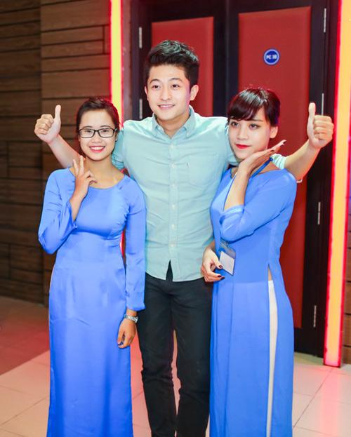 Hoàng Thùy Linh ngại ngùng khi được fan nữ hôn - 7