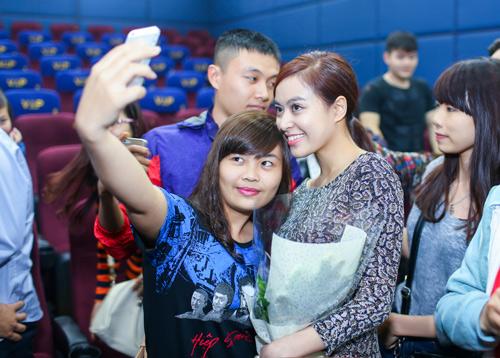 Hoàng Thùy Linh ngại ngùng khi được fan nữ hôn - 2