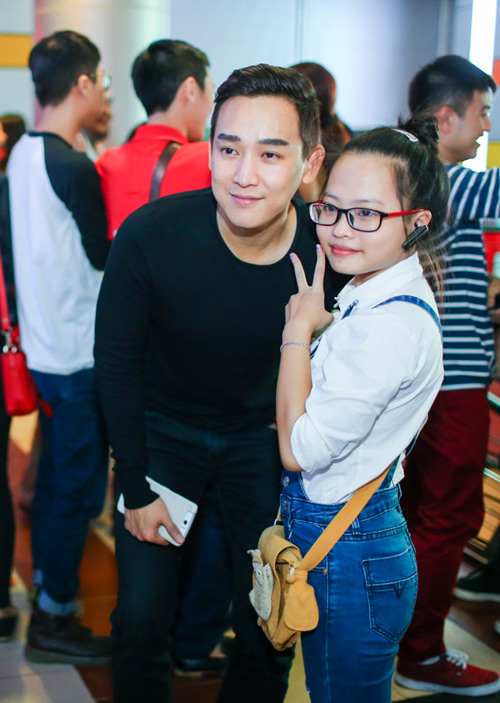 Hoàng Thùy Linh ngại ngùng khi được fan nữ hôn - 8