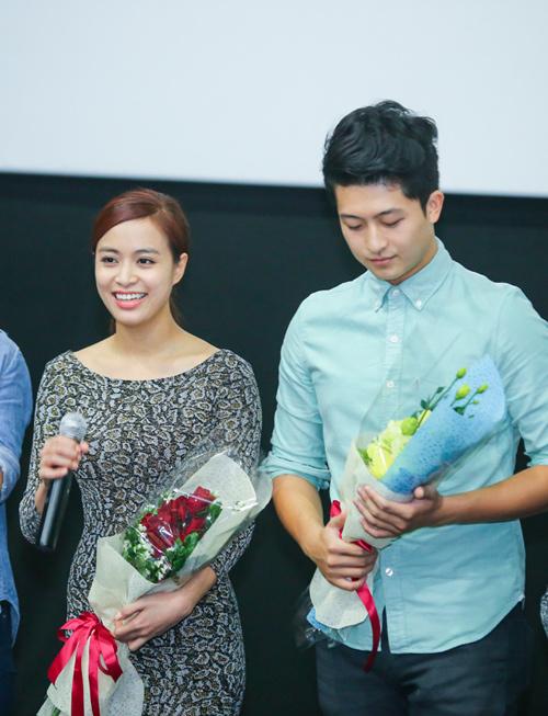Hoàng Thùy Linh ngại ngùng khi được fan nữ hôn - 1