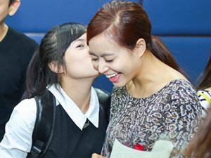 Hoàng Thùy Linh ngại ngùng khi được fan nữ hôn