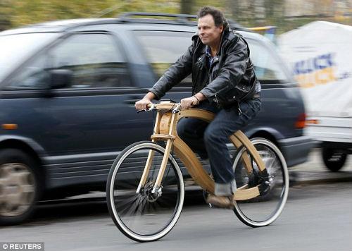 """""""Chơi trội"""" với chiếc xe đạp điện bằng gỗ - 1"""