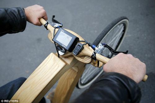 """""""Chơi trội"""" với chiếc xe đạp điện bằng gỗ - 3"""