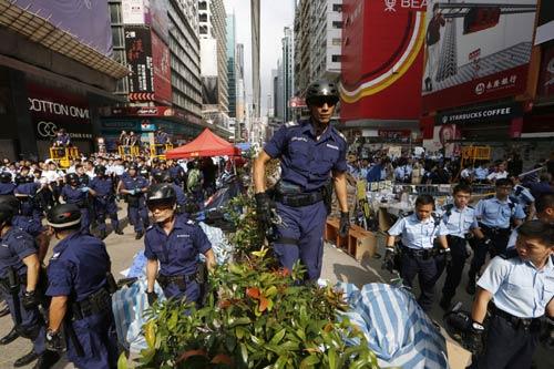 """Thủ lĩnh bị bắt, biểu tình Hong Kong """"chết yểu"""" - 2"""