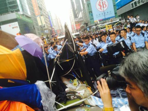 """Thủ lĩnh bị bắt, biểu tình Hong Kong """"chết yểu"""" - 3"""