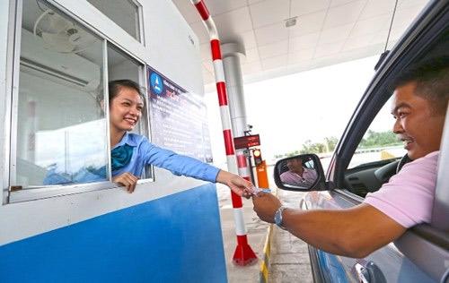 TP.HCM: Nhân viên thu phí xinh đẹp xin… rác từ tài xế - 2