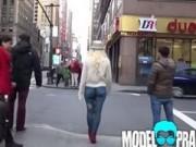 """Cô gái mặc """"quần sơn"""", vô tư đi dạo trên phố"""
