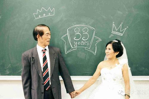 Cặp đôi U70 chụp ảnh cưới ở giảng đường
