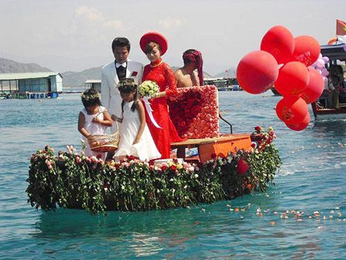 Độc đáo màn rước dâu bằng ghe đầy hoa hồng trên biển