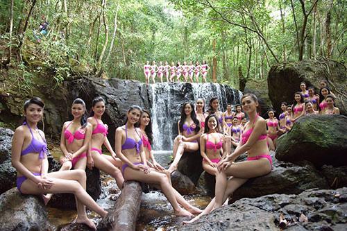 Thí sinh Hoa hậu VN mặc bikini đua sắc bên suối - 2
