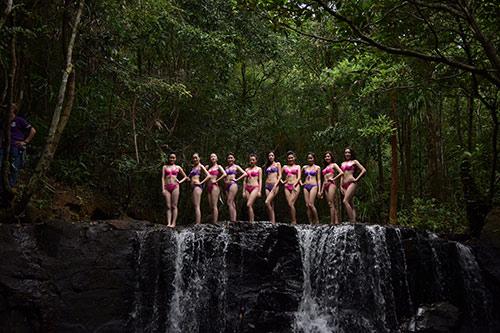 Thí sinh Hoa hậu VN mặc bikini đua sắc bên suối - 3