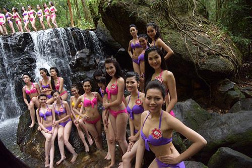 Thí sinh Hoa hậu VN mặc bikini đua sắc bên suối - 6