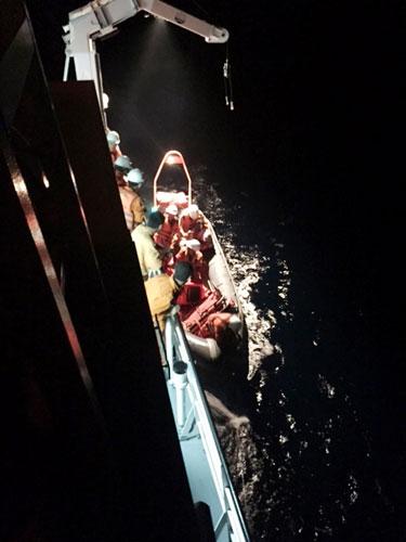 Vượt gió bão, cứu thuyền viên tàu Trung Quốc bị nạn - 1
